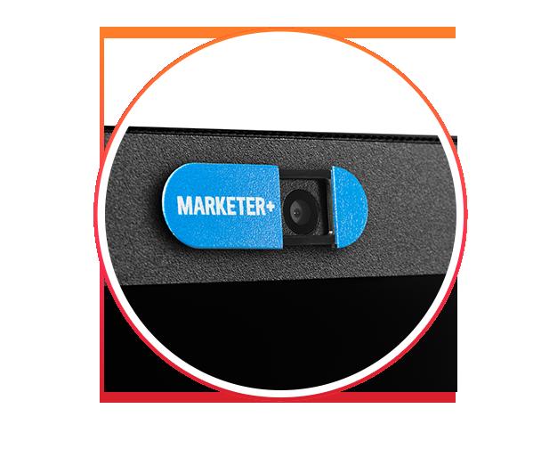 Przesuwana zasłona na kamerę w kolorze niebieskim z nadrukiem logotypu Marketer+